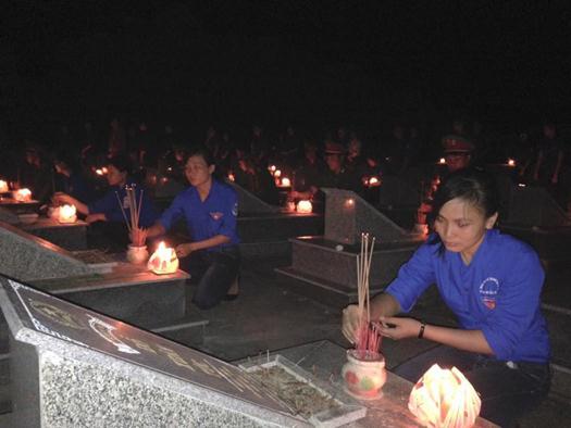 Tuổi trẻ Bệnh viện đa khoa Huyện Quảng Ninh thắp nến tri ân tại nghĩa trang liệt sỹ TNXP xã Vạn Ninh